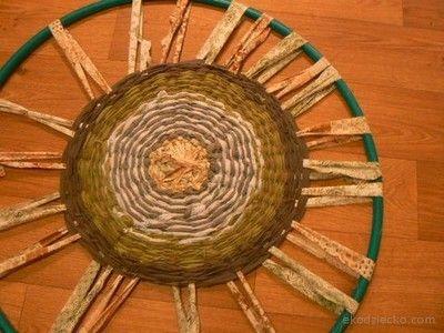 Dywanik ze szmatek tkany na kole hula-hop.