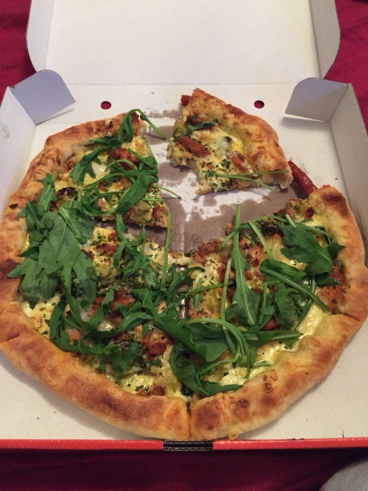"""""""Tele"""" Pizza aus frischem Rucola, Gyros und Brokoli mit Hollandaise Sauce"""