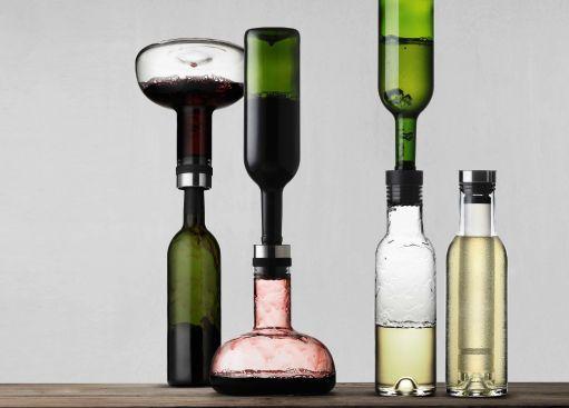 it - Wine Breather & Cool Breather Set Bellissima idea per chi ama il vino :-) Il Wine Breather decanter di Menu ossigena il vino in un istante, in meno di due minuti potrete riversarlo nella sua bottiglia originale e servirlo in tavola o lasciarlo al suo interno utilizzandolo come elegante caraffa. Il Cool Breather consente di areare e rinfrescare il vino. Uno stick di raffreddamento nell'elegante caraffa da 1 litro consente di raffreddare fino a 5-6 ° C.