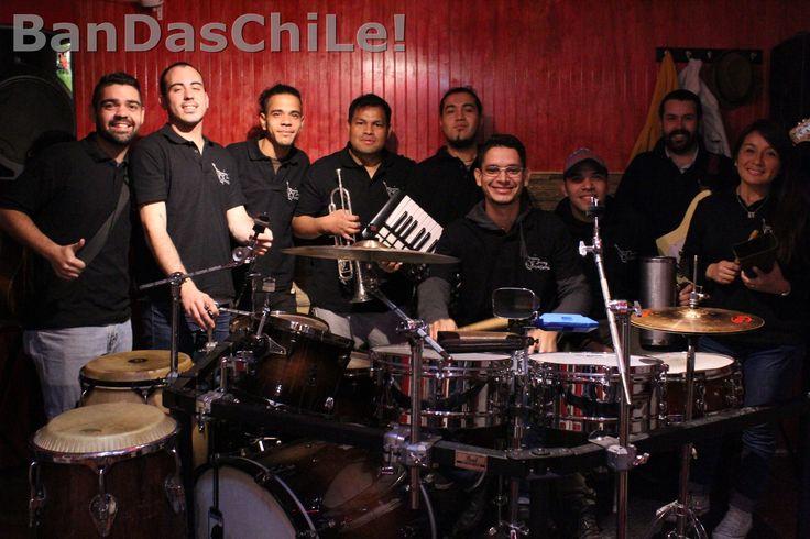 Swing Fronteras es una banda creada con la intención de compartir los clásicos de la música bailable junto con sus propias creaciones, mezclando lo mejor de la salsa, cumbia, merengue, pachanga y diversos estilos, dando así origen al sonido propio de la banda.