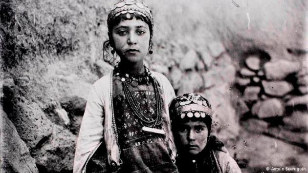 """Zwei Mädchen des Shahsevan-Stammes aus der Region der heutigen Republik Aserbaidschan. """"Shahsevan"""" bedeutet Anhänger des Schahs."""