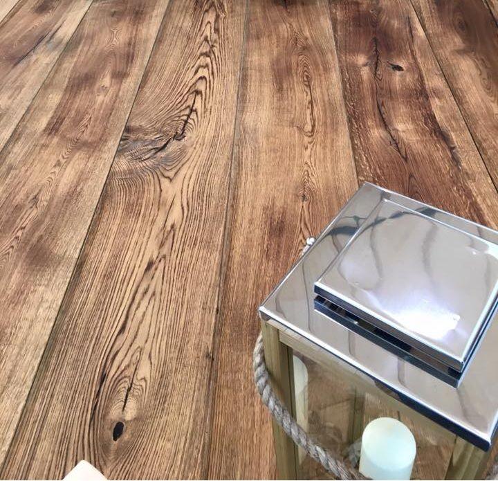 Prachtige rustieke houten vloer van Bebo Parket. Natuurlijke kleur en uitstraling. Uniek houtdecor met voelbare structuur.