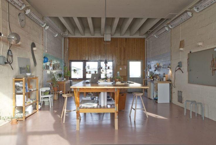 Förutom att rita privatvillor och fritidshus så renoverar Skälsö arkitekter även äldre byggnader, ritar inredning till restauranger samt föreläser på de stora arkitekturhögskolorna.