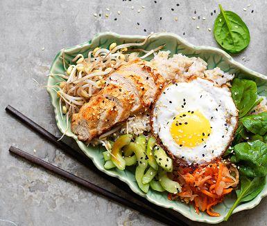 En matig rispytt inspirerad av den koreanska rätten bibimbap med sköna, gröna inslag. Marinerad gurka, rivna morötter med surkål, sesamkryddade böngroddar och stekt ägg – en grym rätt som måste upplevas!