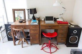 「この家の前の持ち主だったおじいちゃんが使っていた机です。そのまま残してもらって妻とふたりで使っています」
