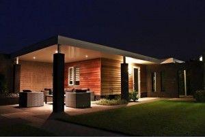 Tuin; Geheel op maat gemaakt tuinpaviljoen gecombineerd met caravan-overkapping en prachtige tuinlounge in nachtlicht