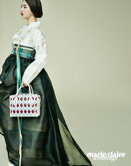고운 색으로 물든 기품 있는 한복과 동시대의 미학을 담은 현대적인 백이 만났다.색의 조화가 돋보이는 한복 가격 미정 금단제(Kumdanje), 아웃 포켓 클러치 백 가격 미정 디올(Dior).배래를 터 리본으로 장식한 저고리와 풍성한 치마 모두 가격 미정 담연(Damyeon), 미니 숄더백 2백만원대 생 로랑(Saint Laurent by Hedi Sl