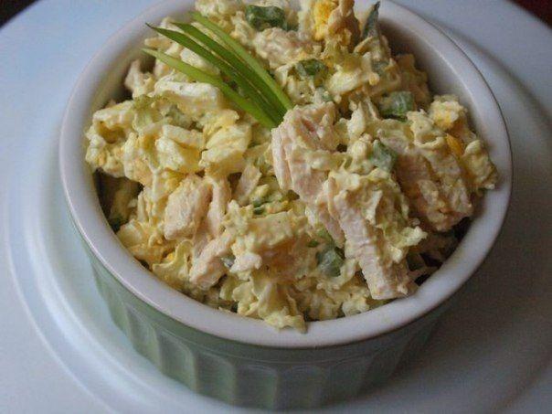 http://tasty-habits.ru Салат из пекинской капусты с курицей 65 ккал на 100 гр Ингредиенты: - 300 г пекинской капусты - 1 куриное филе - 1 огурец - 4 яйца - 1 пучок зеленого лука - соль, перец,...