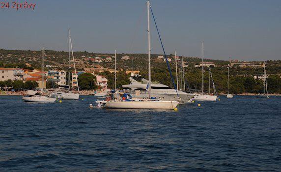 Drama na oblíbené chorvatské pláži: Loď v plné rychlosti najela na pláž mezi turisty