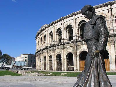 La statue de Nimeno II, devant les arènes de Nîmes, hommage de la ville au matador.