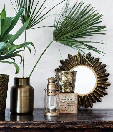 Altın. Antika görünümlü kabartma metal çerçeveli yuvarlak ayna. Vida dahildir. Ayna çapı 17 cm, çerçeve çapı yaklaşık 35 cm.