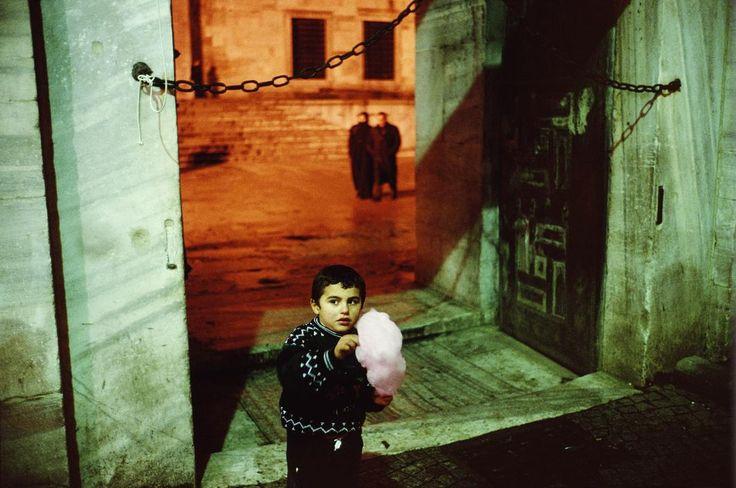 Alex Webb  TURKEY. Istanbul. 2001. Outside of the Blue Mosque during Ramadan