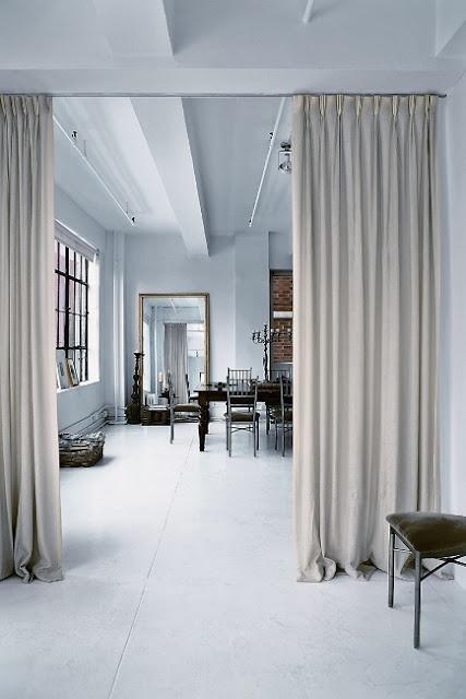 White loft in NY. Rideaux séparatif.