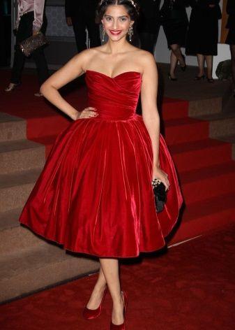 Красное бархатное платье длины миди
