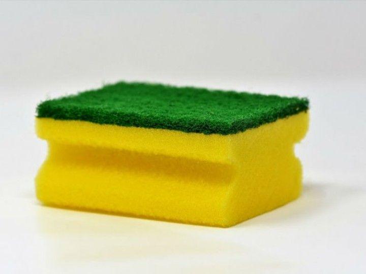 Aprende A Desinfectar Las Esponjas Para Eliminar Germenes Y Bacterias Productos De Limpieza Caseros Como Lavar Almohadas Lavar Trastes
