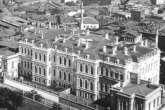 Mercan Âli paşa konağı.1895 . Rıza paşa yokuşunun sonu.1911 de yanan saray 1950 de yıktirildi. 1980 de yerine katlı otopark yapıldı.