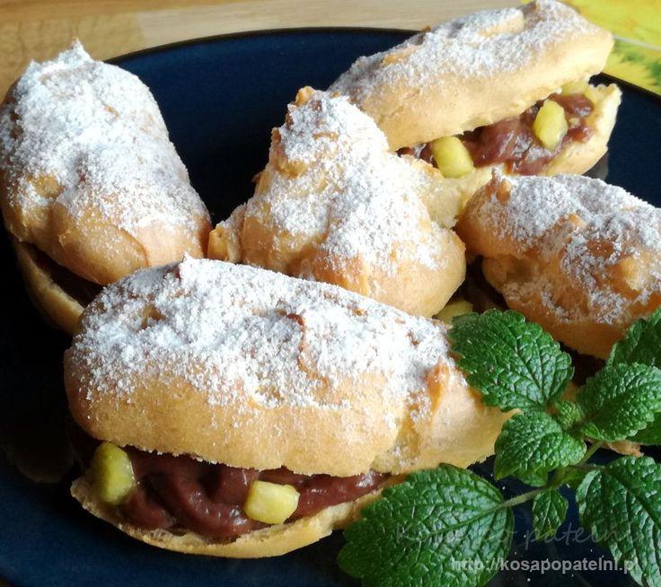 Słodkie i pyszne eklerki z kremem budyniowym i ananasem, można z powodzeniem użyć sam krem lub zastąpić ananas innymi owocami. Kakaowy krem i lekkie ciasto