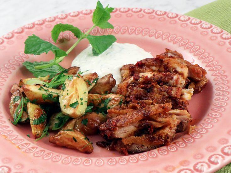 Kycklingkebab med myntasås och örtpotatis | Recept från Köket.se