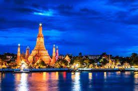 BANGKOK Słynie z Wielkiego Pałacu Królewskiego oraz Wat Phra Kaew (pałacowa świątynia będąca domem dla Szmaragdowego Buddy)