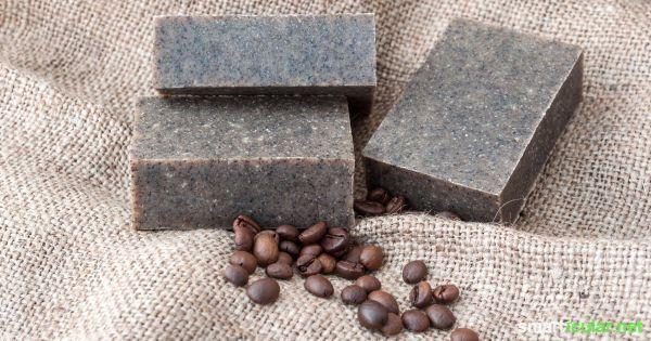 Naturseifen herstellen ist ein tolles Hobby - Wissenschaft und Kunst zugleich. Diese Seife mit Kaffeesatz reinigt, belebt die Haut, hilft gegen Cellulite und wirkt wie ein sanftes Peeling.