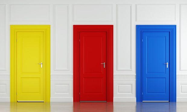 Sanfonada, pivotante, articulada, de correr – estes são só alguns tipos de portas que podem fazer parte da decoração e estrutura da sua casa.  E como fazer a escolha? A primeira dica é entender a finalidade principal de cada porta e, a partir daí, conhecer as opções e escolher a mais apropriada.  Abaixo, falamos um pouquinho sobre cada uma delas. Confira:  ABERTURA CONVENCIONAL  Esta é a opção mais fácil de instalar e também de ser comprada, uma vez que seus preços geralmente são os mais…