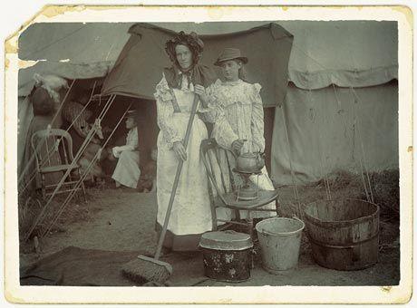 Mev Anna Davel en haar dogter. Die foto is waarskynlik in Bloemfontein-konsentrasiekamp geneem.