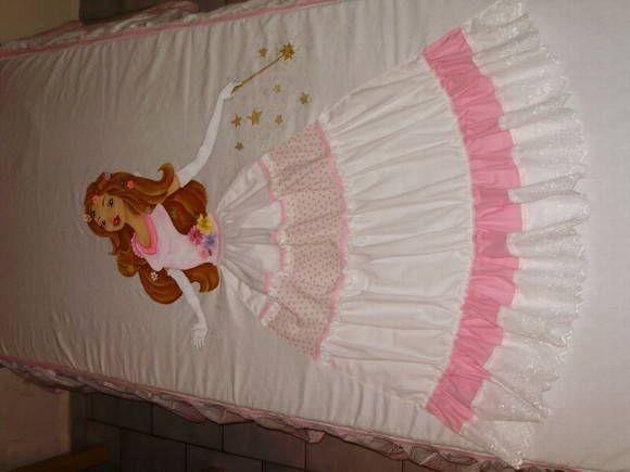 Colcha para cama de solteiro, pinta a mão e com aplicação de tecido. Tema princesas. Fazemos outros temas.  Frete por conta do comprador