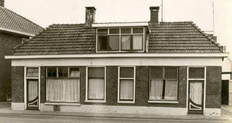 Deze panden stonden op de plek waar nu Bakkerij Vos gevestigd is. Bakkerij Vos heeft het oude pand destijds overgenomen van bakker Heerdink en opende op 25 augustus 1952 op deze plek  een brood- en banketbakkerij.