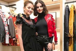 Fuh! Fazura Jumpa Selena Gomez   PENYERTAAN pelakon Fazura ke Minggu Fesyen New York Amerika Syarikat bukan sahaja membawa imej negara namum memberi tuah kepadanya.  Ia apabila Fazura atau Nur Fazura Sharifuddin dapat berjumpa dengan pelbagai pereka fesyen seluruh dunia dan selebriti antarabangsa.  Paling menarik pertemuannya dengan bintang Hollywood iaitu Selena Gomez.  Gambar dan video pertemuan itu turut dikongsi oleh Fazura menerusi laman Instagram miliknya.  Dalam perkongsian video itu…
