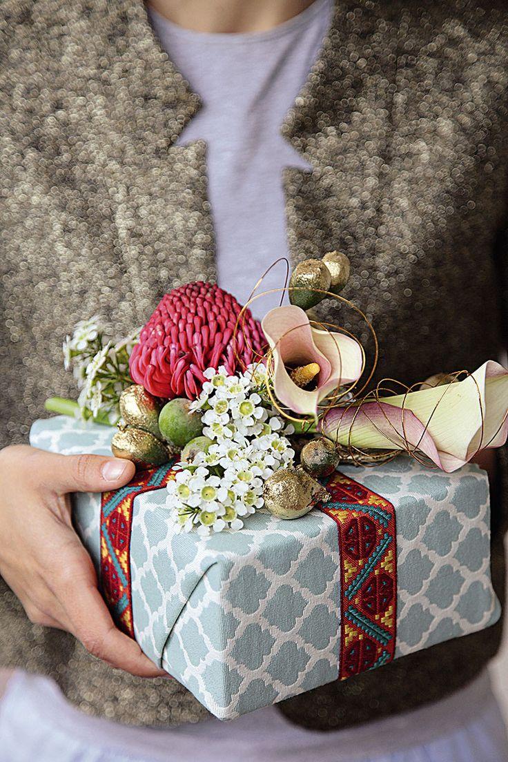 Met liefde Maak jou eie klein ruikertjie en bind dit met lint aan die pakkie vas: oorspronklik en persoonlik. Welkom 'n Pragtige, eenvoudige krans met wit blomme (tulpe en geraldton- wasblomme) en weer goue tolbosknoppe. Lekker eet Verwelkom die gaste …