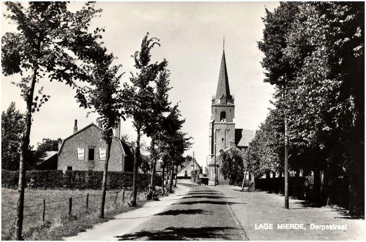 Lage Mierde, Dorpstraat met in de midden de kerk. Jos Pé (fotograaf) 1960 - 1970