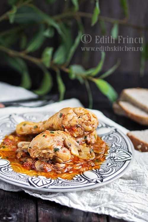 Tocanita de pui cu ciuperci, o reteta ca la mama acasa cu pulpe de pui, ciuperci si ceapa intr-un delicios sos de rosii.