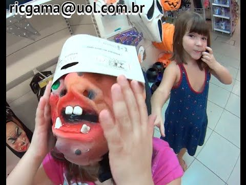 Halloween Dia das Bruxas pai filhas loja máscaras abóboras brincando peg...