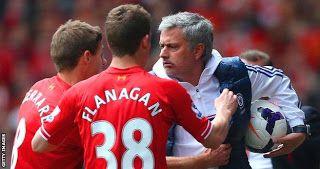 Dua pemain Liverpool, Flanagan dan Gerrard menghampiri Mourinho usai kalah menyakitkan 0-2 di Anf...