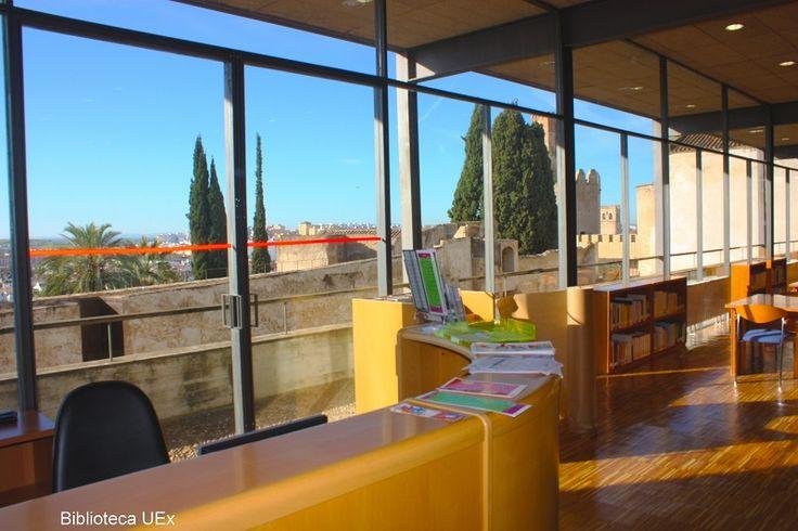 Mostrador de préstamo de la biblioteca de la Facultyad de CC de la Documentación y Comunicación (Badajoz)