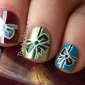 pretty Christmas nails! I want these right now!!! :-)