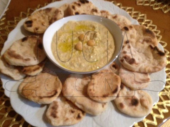 Hummus de garbanzos (tahine) y sus panes naan caseros http://luciacocinabogota.blogspot.com/2014/06/evento-comida-celebracion-familiar.html