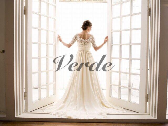 Amande / Aline (アマンドゥ / Aライン)フランスレースとジョーゼットが織り成す上品なウェディングドレス。ジョーゼットのフラワーモチーフとビージングが施された繊細なフランスレースでトップスをデザインしています。フロントにはカジュアルで上品な印象にくるみボタンがあしらわれた1着。軽やかな印象と共に上品なボリューム感を出すジョーゼットのスカートは、女性らしいシルエットを描きます。