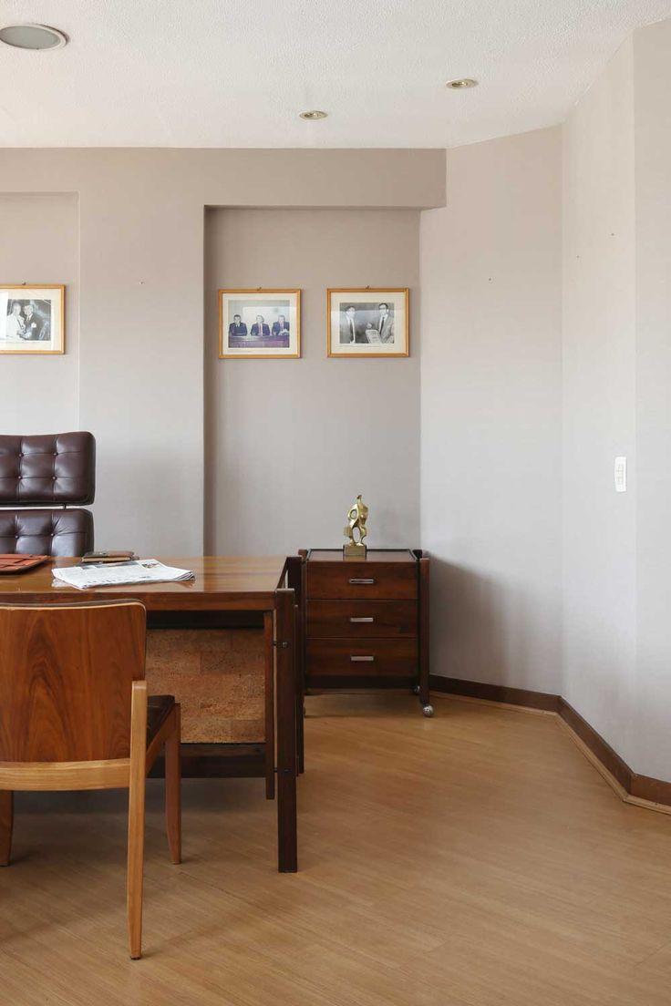 Casa pr 233 moldada de madeira casa pr 233 moldada - Paredes Com Papel De Parede Mesa De Madeira Maci A