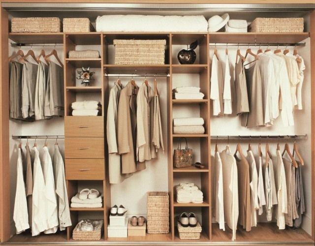 un dressing en bois pratique avec des tiroirs,étagères et porte-cintres