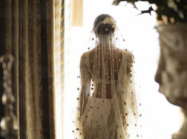 Αυτή η νύφη κέντησε την ιστορία αγάπης της στο νυφικό της - Μόδα   Ladylike.gr