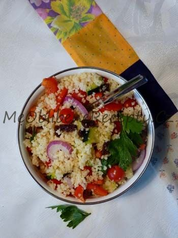 Kuskusový salát200g kuskusu 150g cherry rajčat 1 červená paprika 1 malá salátová okurka 1 malá červená cibule 50g rozinek 4 PL balzamikového octa 2 PL kvalitního olivového oleje několik lístků koriandru sůl a čerstvě mletý pepř