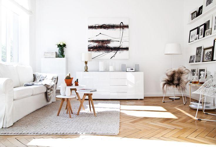 Sustituir la clásica mesa de centro por un trío de mesas auxiliares es una de las originalidades de la casa de Sebastian.