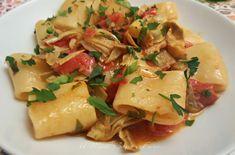 Paccheri carciofi e pomodorini per un primo piatto facile, economico ma ricco di gusto. Ingredienti semplici con un perfetto accostamento di sapori. I carciofi conferiscono tanto gusto e i pomodorini rendono il piatto cremoso e non asciutto.