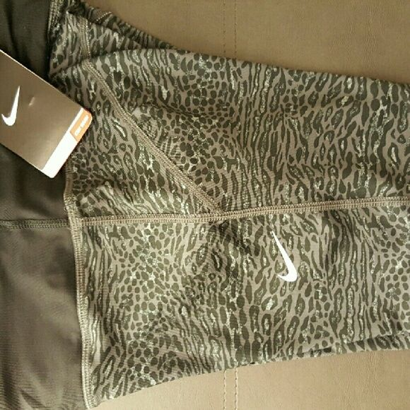 NWT NIKE LEOPARD CAPRI LEGGINGS Brand new with tags  SIZE SMALL NO HOLDS / NO TRADES Nike Pants Leggings