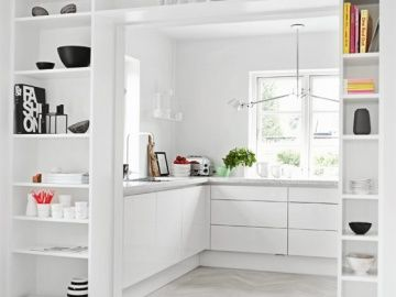ห้องครัวที่แยกอย่างเป็นสัดส่วน มีพื้นที่ทำครัวเพิ่มขึ้นด้วยเคาท์เตอร์ตัวยู รอบห้องดูขาวสะอาดตา ลูกเล่นพื้นห้องด้วยไม้ปาร์เก้ทาสีขาวนวลตา เรียงสลับเป็นลวดลายฟันปลาทั่วพื้นห้อง
