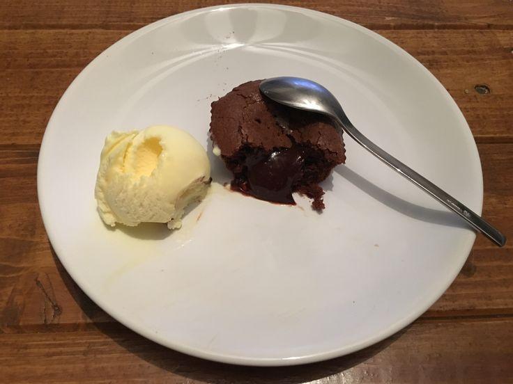 Ingrédients / pour 6 personnes 200 g de chocolat noir à 52 % 150 g de sucre 100 g de beurre 50 g de farine 4 oeufs 1 pincée de sel