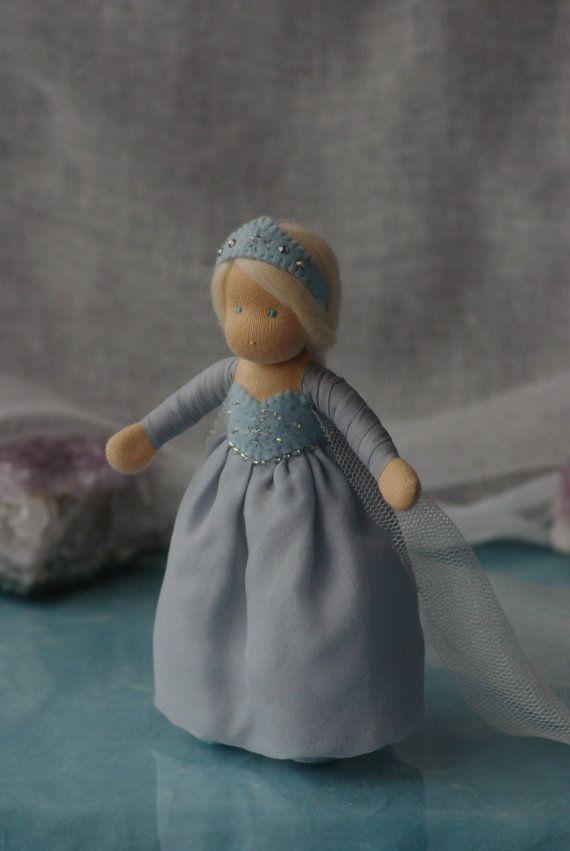 • Gefrorene Elsa. Waldorf Puppe Diese kleine Puppe ist etwa 5,5(15cm) hoch.   Materialien: Abbildung Draht. Schafwolle. Interlock-Stoff Näht. Das Kleid und eine lange Rauchfahne sind aus 100 % reiner Seide.   **************************************** ** Kleidung sind nicht abnehmbar. ** ****************************************  Diese Puppe ist für Kinder ab 6 Jahren.  ELSA ist gut für Rollenspiele.  Verpackung - kleine Geschenk-Box (wie auf dem letzten Foto).  Versandinformationen: Wenn Sie…