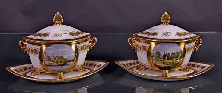 #Oggettistica COPPIA SALSIERE Epoca: XIX SEC.  Origine: PARIGI,FRANCIA.  Coppia salsiere in porcellana decorata in oro a motivi floreali con paesaggi dentro riserve