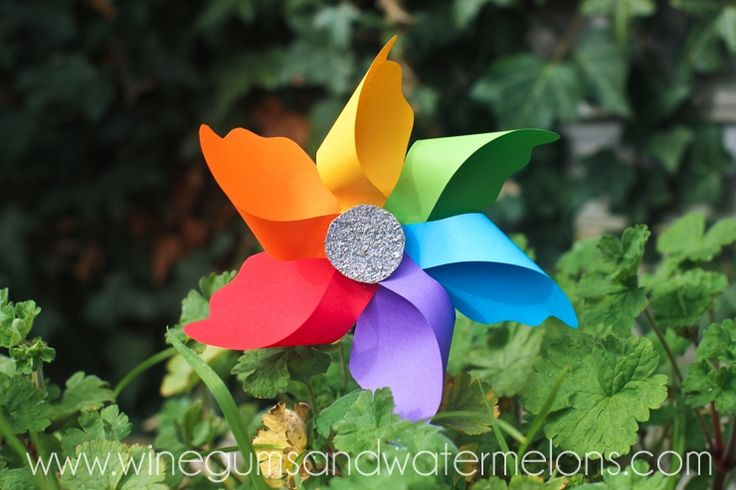 How to make a a beautiful rainbow pinwheel from paper. Easy kids craft for spring & summer.